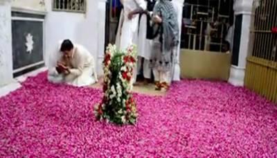 عمران خان اور اہلیہ کی پاکپتن میں مزار پر حاضری کی ایک اور ویڈیو منظرعام پر