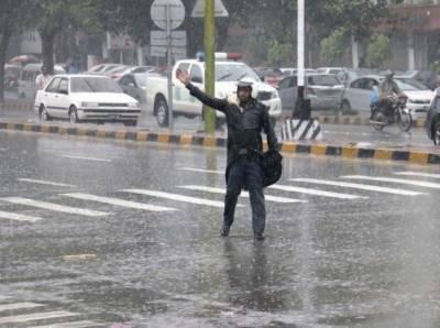 محکمہ موسمیات کے مطابق آئندہ چوبیس گھنٹے کے دوران لاہور،گوجرانوالہ،سرگودھا، راولپنڈی،فیصل آباد کوہاٹ،کے پی کے،فاٹا،گلگت بلتستان اور کشمیر میں موسلادھار بارش کا امکان ہے۔