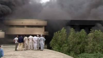 کراچی: سائٹ ایریا میں واقع فوم کی فیکٹری میں لگی آگ بے قابو ہوگئی