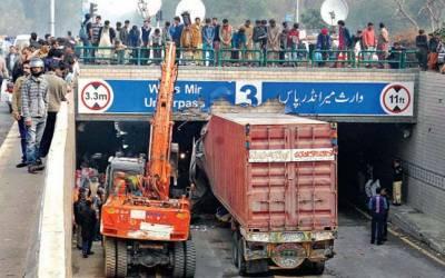لاہور کے انڈر پاس میں ٹریلر پھنس گیا، ٹریفک کی روانی متاثر