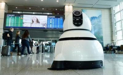 جنوبی کوریا کےائیرپورٹ پرچلتےپھرتے،باتیں کرتےروبوٹس بچوں بڑوں سبھی کی توجہ کا مرکز بن گئے