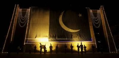 ملی جذبے سے سرشار شہری یوم آزادی کی تیاریوں کیلئے قومی پرچم جھنڈیوں بیجز اوردیگر اشیا کی خریداری کررہے ہیں