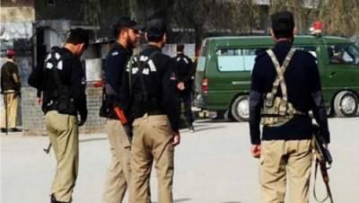 چلاس: ضلع دیامیر کے علاقوں داریل اور تانگیر سمیت چلاس میں پولیس کے آپریشن کے دوران ایک پولیس اہلکار شہید ہوگیا جب کہ ایک دہشت گرد کے مارے جانے کی بھی اطلاع ہے۔