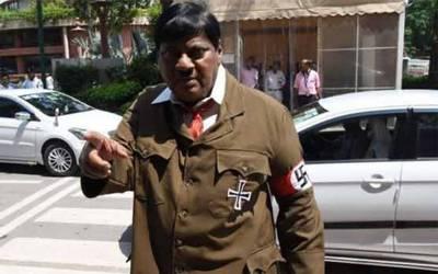 بھارتی وزیراعظم مودی کی عہد شکنی، ممبر پارلیمنٹ نے احتجاجاً ہٹلر کا روپ دھار لیا
