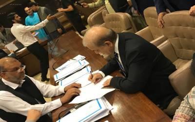 شہباز شریف کے رول آف ممبر پر دستخط کے لئے پکارے جانے پر شیر آیا کے نعرے لگ گئے۔