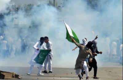 مقبوضہ کشمیر میں بھارتی ظلم و جبر کی پراوہ نہ کرتے ہوئے نہتے بہادر کشمیری نوجوانوں نے پاکستانی پرچم لہرا دیا