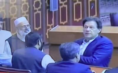 چیئرمیں تحریک انصاف عمران خان قومی اسمبلی میں شناختی کارڈ لانا بھول گئے۔
