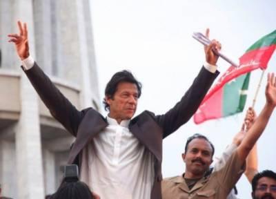چیئرمین پی ٹی آئی عمران خان نے وزارت عظمٰی کیلئے کاغذات نامزدگی جمع کرادیے