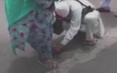 عمررسیدہ خاتون عازم حج کو جوتے پیش کرنے والے سپاہی کو گورنر مکہ کا خراج تحسین