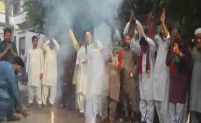 وزیراعظم عمران خان کی کامیابی کا اعلان ۔ آتش بازی کا مظاہرہ کیا،ڈھول کی تھاپ پر بھنگڑے ،مٹھائیاں تقسیم