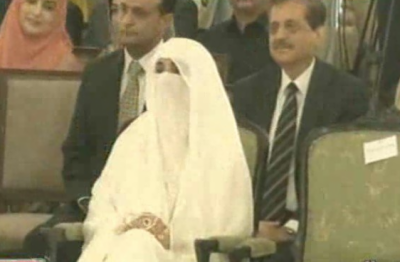 کپتان کی اہلیہ اور خاتون اول بشریٰ خان سفید عبایہ پہن کر علیحدہ گاڑی میں تقریب حلف برداری میں شرکت کیلئے پہنچیں