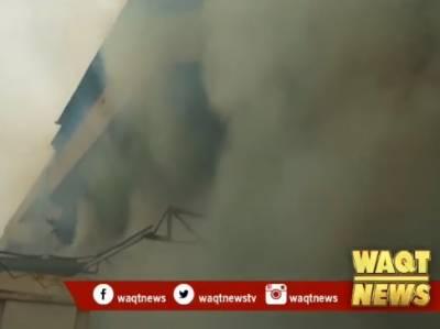 کراچی کے علاقے شارع فیصلے پر سپر سٹور میں آگ لگ گئی،