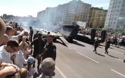 ملٹری پریڈ کے دوران ٹینک ٹرالر پر چڑھتے ہوئے نیچے گر پڑا۔