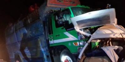 سیہون کے قریب وین اور ٹرک کے تصادم کے نتیجے میں ایک ہی خاندان کے 8 افراد جاں بحق جبکہ 2 زخمی ہوگئے