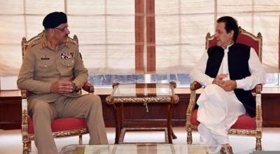 وزیراعظم عمران خان سے چئیرمین جوائنٹ چیفس آف سٹاف کمیٹی جنرل زبیر محمود حیات کی ملاقات۔ پاک فوج کے پیشہ ورانہ امور پر تبادلہ خیال
