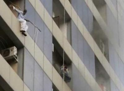 لاہور: ایم ایم عالم روڈ پر واقع شاپنگ پلازہ میں آگ لگ گئی۔جان بچانے کیلئے لوگوں نے چھلانگیں لگا دیں