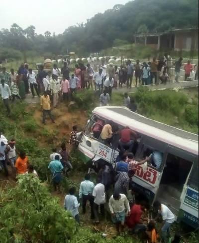 بھارت میں مسافر بس گہری کھائی میں جاگری،حادثے میں55 سے زائد افراد ہلاک اور20 سے زائد زخمی ہوگئے