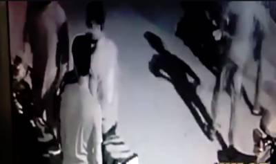 کراچی میں سٹریٹ کرمنلز نے لگام ہو گئے،پاپوش نگرفائیوسی میں ہونےوالی ڈکیتی کی سی سی ٹی وی فوٹیج وقت نیوز کو موصول ہو گئی