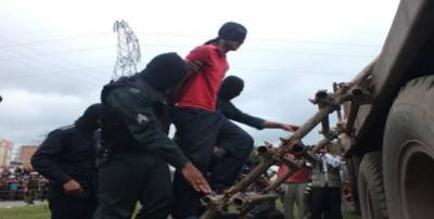 ایران میں ایک نوجوان شخص کو کرین کے ذریعے سرعام پھانسی پر لٹکا دیا گیا