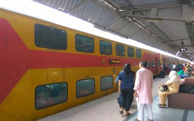 بھارت: 40 ٹرینوں کے کرایوں میں کمی