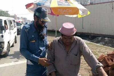 برتن، پلاسٹک کے ڈبے: لاہوریوں نے عجیب ہیلمٹ بنا لئے