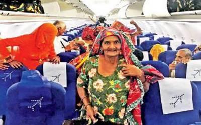 بھارتی نوجوان نے پائلٹ بننے کے بعد اپنے پورے گاؤں والوں کو جہاز کے سفر کا تحفہ دیا