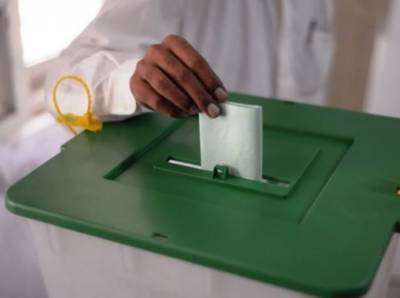 عمران خان ،چودھری شجاعت، اسد قیصر،سعد رفیق اور ہمایوں اختر سمیت دیگر نے ووٹ کاسٹ کیا