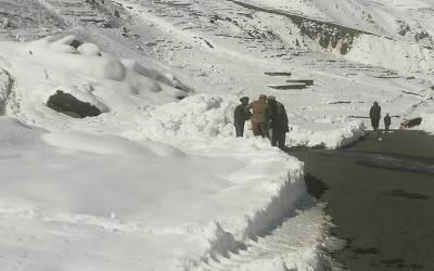 ملک کے پہاڑی علاقوں میں برفباری سے موسم سرد ہوگیا۔