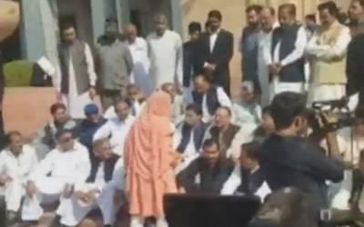 پنجاب اسمبلی کے باہر احتجاج'مسلم لیگ(ن )کی خاتون رکن اسمبلی بے ہوش