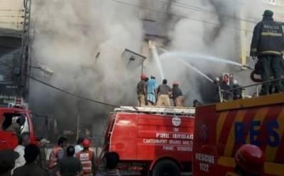 ملتان: گھنٹہ گھر چوک کے قریب گودام میں آتشزدگی، ریسکیو اہلکار آگ بجھانے میں مصروف