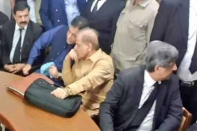 حمزہ شہباز کی احتساب عدالت میں والد سے ملاقات،