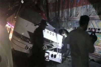 دادو: مسافر کوچ اور ٹریلر میں تصادم، 8 افراد جاں بحق،19 زخمی