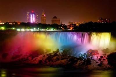 دنیا کی سب سے بڑی آبشار کو رنگوں سے سجا دیا گیا
