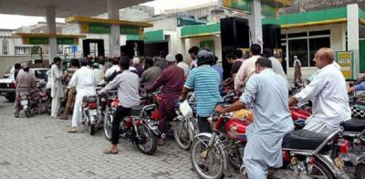 کراچی اور راولپنڈی میں بغیر ہیلمٹ موٹرسائیکل سواروں کو پیٹرول نہیں ملے گا