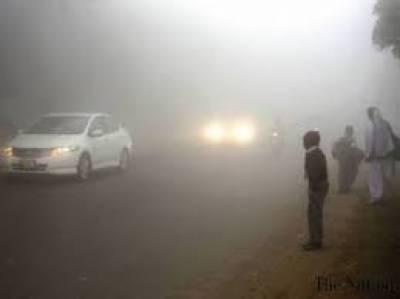 پنجاب کے مختلف شہروں میں شدید دھند کا راج ہے جس کے باعث معمولات زندگی متاثر جبکہ موٹرویز بھی بند ہیں۔
