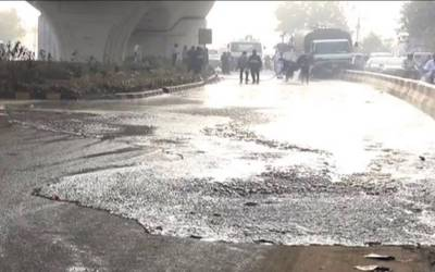 شاہراہ فیصل پر تیز رفتار آئل ٹینکر الٹنے سے ٹینکر میں موجود تیزاب سڑک پر بہہ گیا