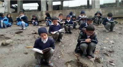 سپیکر صوبائی اسمبلی کے ابائی گھر کے قریب سردیوں میں بچے کھلے آسمان تلے تعلیم حاصل کرنے پر مجبور
