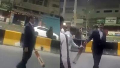 ڈی جی آئی ایس پی آر کی کراچی میں کرکٹ کھیلتے ہوئے ویڈیو سوشل میڈیا پر وائرل۔سیلفیاں بھی بنوائیں