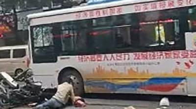 چین میں اغوا کر لی جانے والی بس کی زد میں آکر پانچ افراد ہلاک