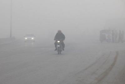 ملک بھر کے میدانی علاقوں میں دھند، اہم شاہراہوں پر حد نگاہ انتہائی کم