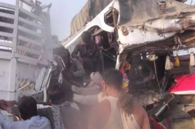 پشاور موٹروے کے قریب مسافر کوچ اور ٹرک میں تصادم، 12 افراد زخمی