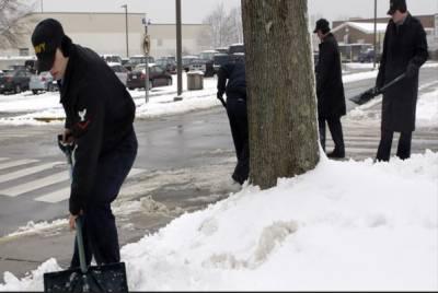 لندن/واشنگٹن: امریکا اور برطانیہ میں شدید برفباری سے نظام زندگی مفلوج ہوگیا، ٹریفک کی روانی متاثر ہے جبکہ شہریوں کی مشکلات میں بھی اضافہ ہوگیا۔