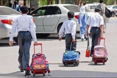 کراچی میں ایک مرتبہ پھر اسکول اور کالج وین ڈراٸیورز نے ہڑتال کر دی جس کے باعث طلبہ و طالبات کو اسکول پہنچنے میں شدید مشکلات کا سامنا کرنا پڑا۔
