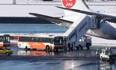 ٹوکیو:- جاپان'برفباری کے باعث طیارہ رن وے سے اتر گیا