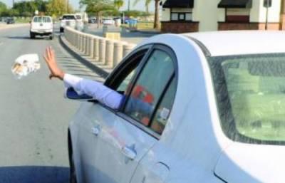سعودی عرب: چلتی گاڑی سے سامان پھینکنے پر جرمانے کا اجرا