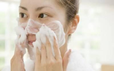 ایک منٹ میں ہی چہرے پر نکھار لانے کے لئے دھونے کا طریقہ انٹرنیٹ پر وائرل ہوگیا