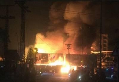 کراچی: راشد منہاس روڈ پر فرنیچر کی دکانوں میں لگنے والی آگ پر مکمل قابو پالیا گیا ,