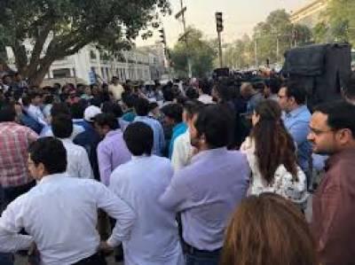 لاہور':تنخواہوں کی عدم ادائیگی، صفائی کرنیوالوں کی ہڑتال