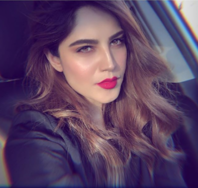 پاکستان کی مشہور اداکارہ کی گاڑی میں ڈانس کرنے کی ویڈیو سوشل میڈیا پر وائرل