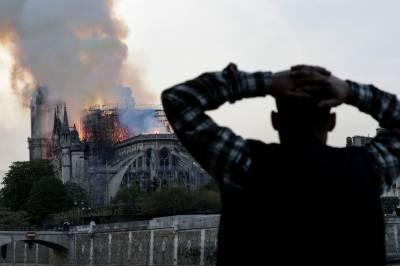 پیرس: تاریخی نوترے ڈیم کیتھڈرل کو خوف ناک آتش زدگی سے شدید نقصان، لاٹ گرگئی